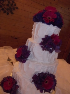 buttercreamweddingcakewithfreshflowers_12